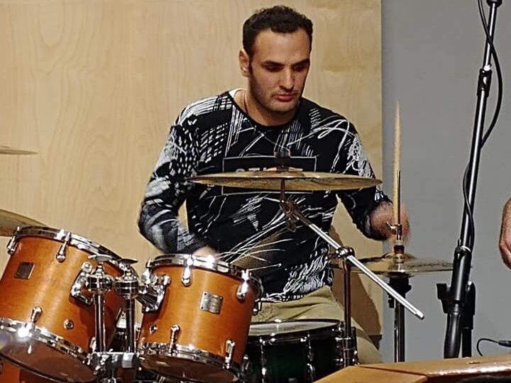 Alberto, ragazzo autistico, durante un assolo di batteria.